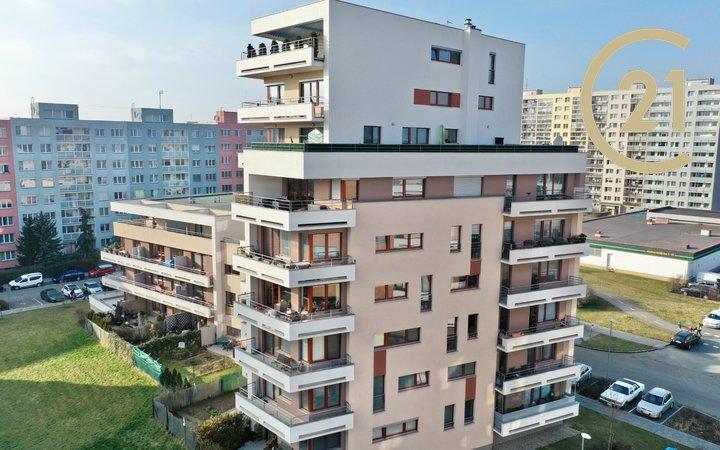 Prodej bytu 1+kk 43 m2 s terasou a předzahrádkou na Praze 4