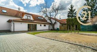 Pronájem reprezentativního prostorného rodinného domu s  vinným sklípkem 6kk – 197 m2, pozemek 430 m2, Praha - Libuš