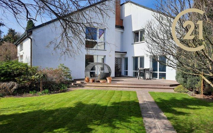 Prodej vily 306 m2 s vnitřním bazénem a saunou v Brandýse nad Labem