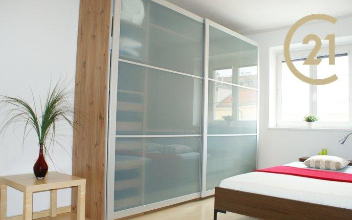 Prostorný světlý a klidný byt 2+kk / 45m2 v Karlíně
