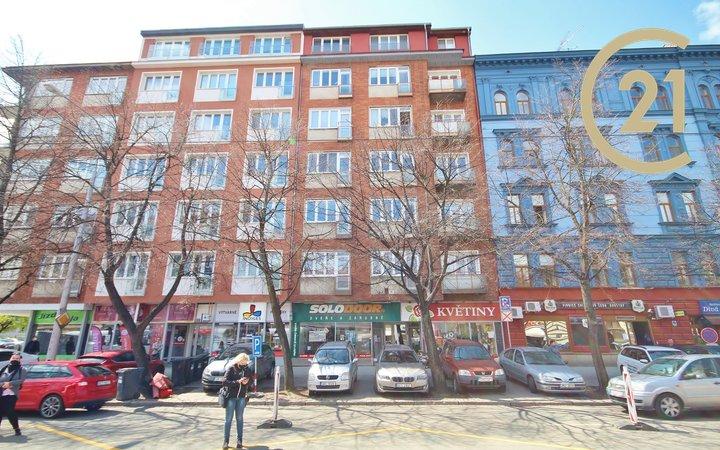 Prodej cihlového bytu 2+kk se šatnou a terasou, výměra 62m² + 6m² terasa, klimatizace, zahrada s altánem. Ulice Štefánikova, městská část Veveří, Brno.