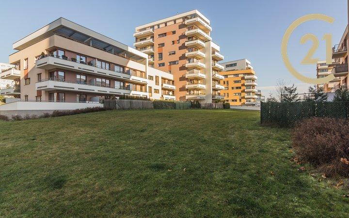 Prodej moderního světlého bytu 2/3kk 74,9 m2 s terasou a předzahrádkou 70,4 m2, se sklepem a garážovým stáním ve velmi žádané lokalitě Praha 4 Kamýk – ul. Freiwaldova