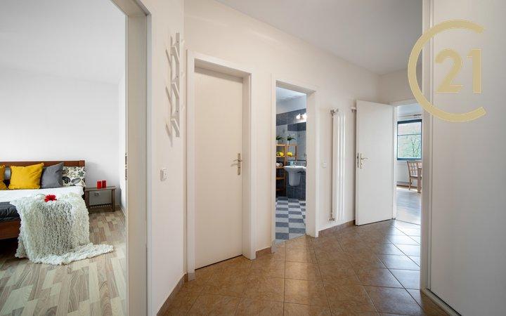 Prodej byt 2+kk /3+kk/ Praha 4 Podolí, zasklená lodžie, sklep, 72m2, bezbariérový, atypický, vybavený, 3NP