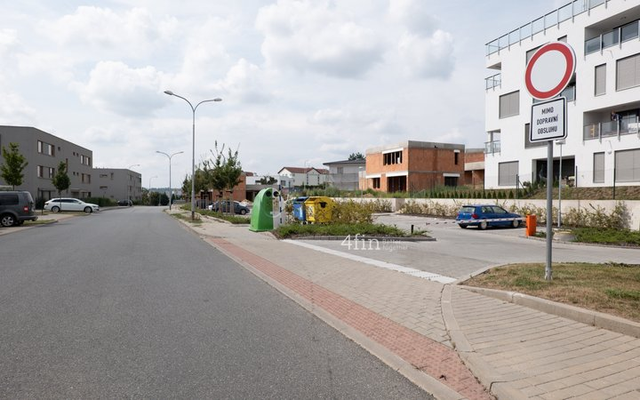 Prodej venkovního parkovacího stání za závorou pro rezidenty, 12m² - Brno - Sadová