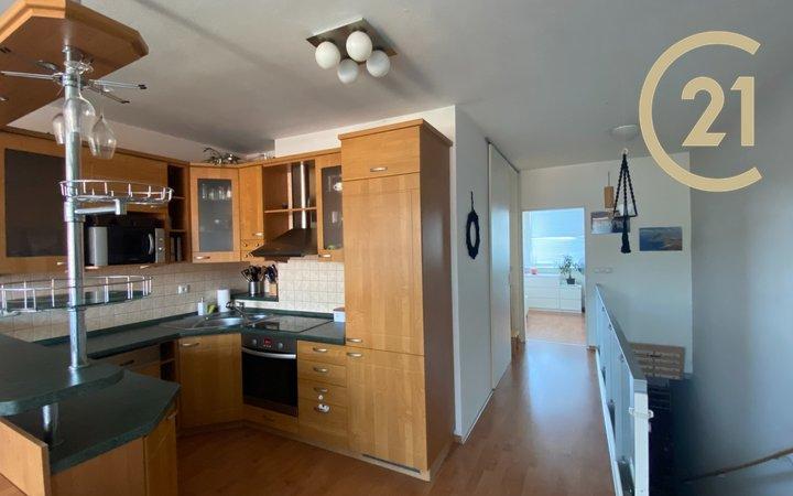 Pronájem bytu 2+kk, 58m² s balkonem a podzemním parkovacím stáním, Skloněná Praha 9