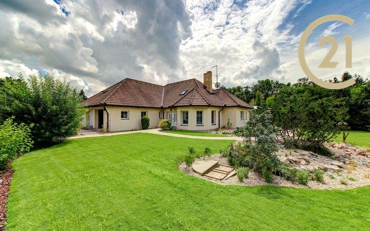 Luxusní rodinné sídlo 463 m² + 2573 m² pozemek - Unhošť, Nouzov