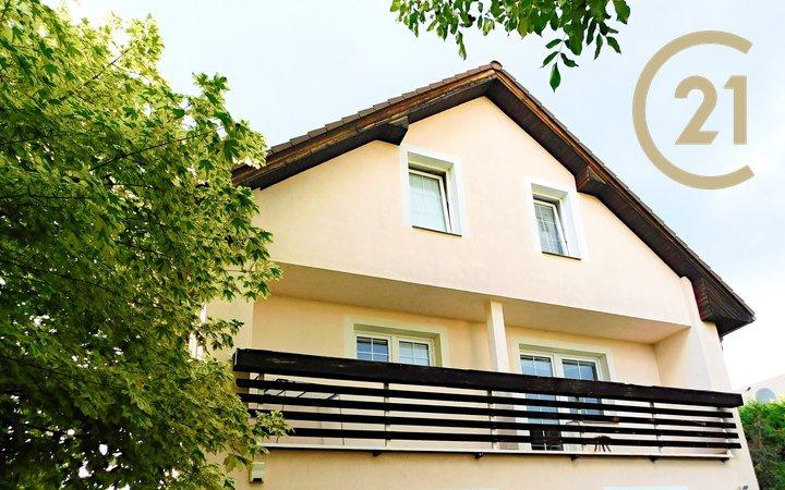 Pronájem bytu 4+kk, cca 120m² v rodinném domě v Roztokách, samostatný vchod, vhodné i pro spolubydlení.