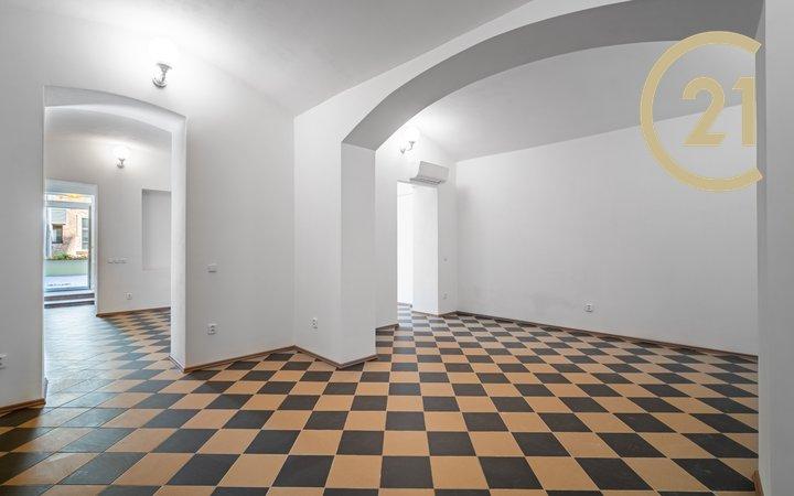 Prodej atypického nebytového prostoru/ateliéru 4kk 72 m2 s  terasou 49 m2 orientovaného do světlého vnitrobloku ve velmi žádané lokalitě Praha 5 Smíchonabízí, prodej, obchodní prostory Praha - Smíchov