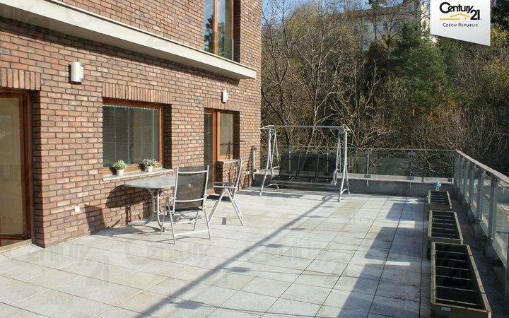 Krásný velký byt 4+1 s luxusní terasou a výhledem na Vltavu a Vyšehrad