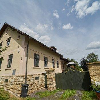 Prodej rodinného domu se stájemi a velkým pozemkem v obci Zahrádka u Teplé