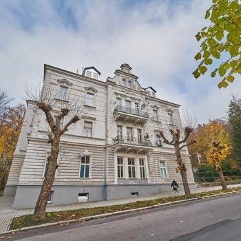 Krásný byt po nadstandardní rekonstrukci (rozdělený na 2+1 a 1+kk) v lázeňském centru Mariánských Lázní.