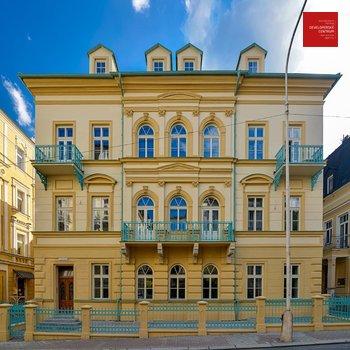 Новое здание после капитальной реконструкции в центре курорта Марианские Лазни