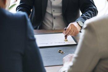 Advokáti a notáři