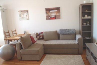 Pronájem zařízeného bytu 2+kk s garážovým stáním v domě, sídliště Kamechy, Ev.č.: DR2B 20058R