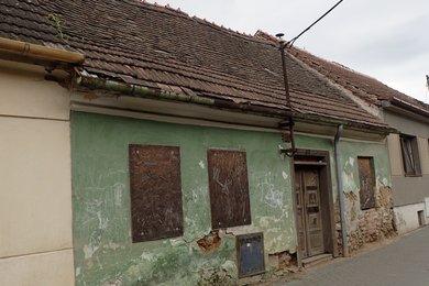 Prodej rodinného domu určeného k demolici, v širším centru obce Dolní Kounice, Ev.č.: DR1D 179R
