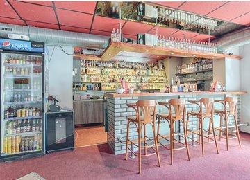 Nabízíme možnost  přenechání pronájmu za odstupné, zavedeného baru v centru města Karviná - Fryštát