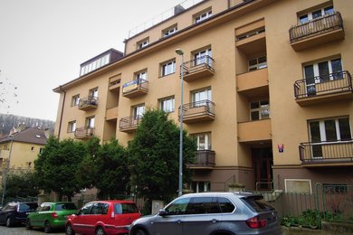 Byt 2 + kk (50,9 m²) s oploceným pozemkem okolo domu, Praha 5 – Smíchov, K Vodojemu 202/5, Ev.č.: P5120217G
