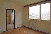 obývací pokoj s průhledem do kuchyně