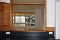 výdejní pult z kuchyně do obývacího pokoje