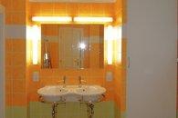 hllavní koupelna - umyvadla