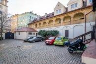6. Malá Strana - nádvoří s možnosti parkování, an. spz