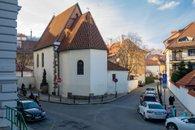 28. Malá Strana - pohled na kostel z ulice