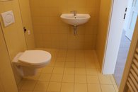 Koupelna - WC, místo pro pračku a umyvadlo a topení