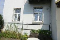 12.sezení pod okny bytu