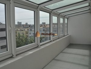 Dlouhodobý pronájem zrekonstruovaného bytu 2+kk/zasklená terasa, metro Vyšehrad, ul. U GYMNÁZIA