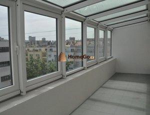 Dlouhodobý pronájem prostorného bytu 1+kk, zasklená terasa, metro Vyšehrad, ul. U gymnázia