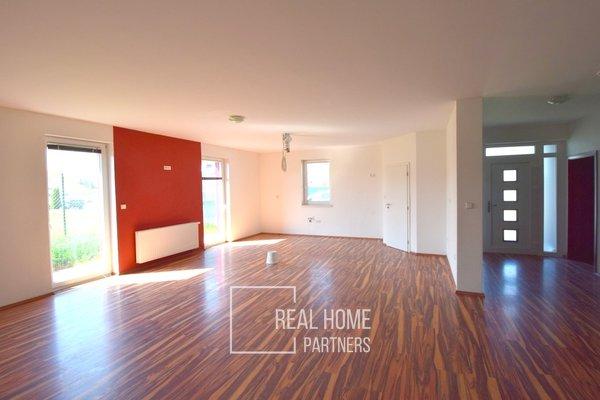 Prodej samostatně stojící rodinný dům - bungalov 5+1 se zahradou 460m2, garáží, bazénem, Pohořelice, Brno - venkov