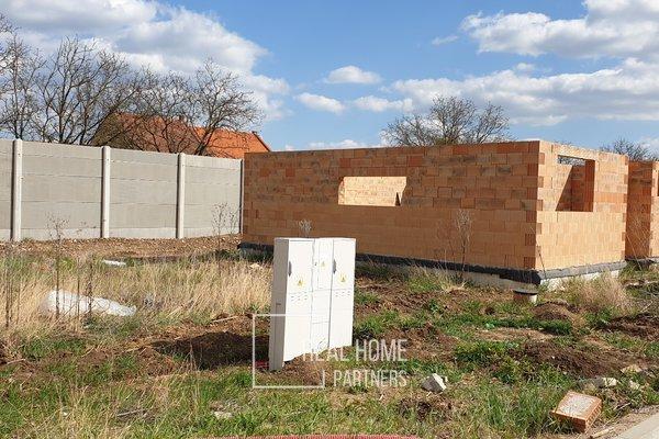 Novostavba samostatně stojícího rodinného domu v obci Holasice, ZP cca 90 m2, pozemek cca 436 m2