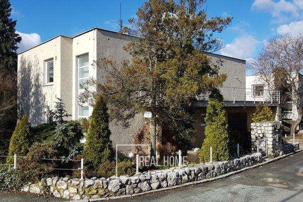 Pronájem části vily s bytem 2+kk, zahradou a vyhřívaným bazénem, CP 100 m2, Brno – Stránice, ul. Preslova