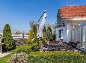 Prodej luxusního domu - 1 bytové jednotky o vel. 130 m2 s parkováním, Praha Štěrboholy, ul. Novoštěrboholská