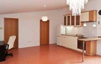 Pronájem bytu v RD o vel. 2+kk, 68m² s parkováním a zahrádkou, Praha 10 Štěrboholy, ul. Violkova