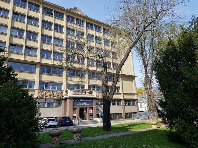 foto budovy od řeky