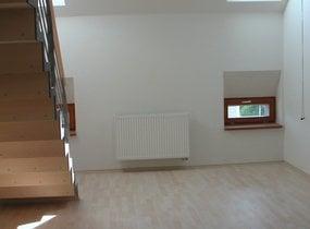 Maresova E - pokoj s kk pohled na schody