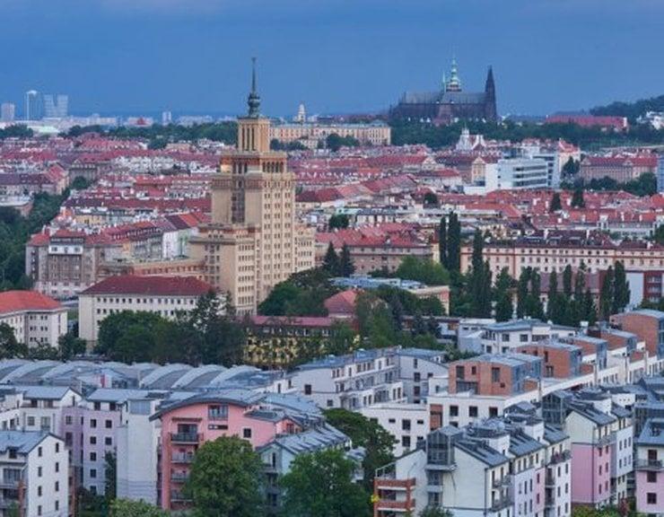 Praha je podle Indexu dostupnosti bydlení (CG-INDEX) v konkurenci okolních metropolí nejhorší. Na průměrný byt vydělává Pražan 14,1 roku