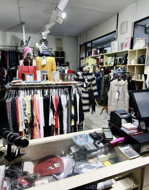 Přenecháme zavedenou prodejnu s PÁNSKOU A DÁMSKOU MÓDOU, na ulici Pekařská v Brně