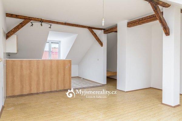 Pronájem, prostorný, podkrovní, byt 2+kk, 90m² - Znojmo, ul. Alšova.