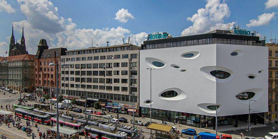 Pronájem obchodních prostor o ploše 131 m² v Letmo