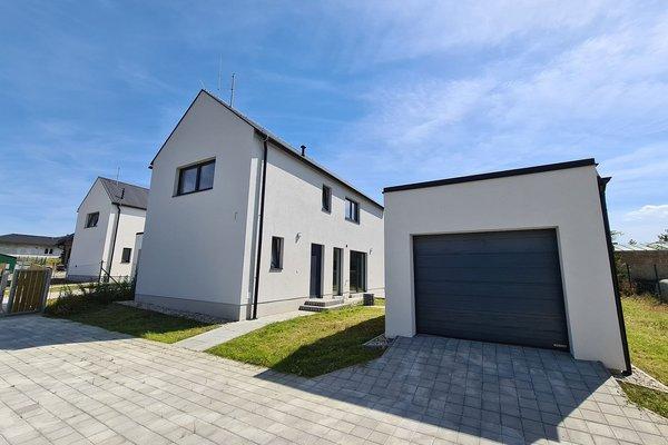 Novostavba rodinného domu se samostatně stojící garáží v Ejpovicích u Plzně