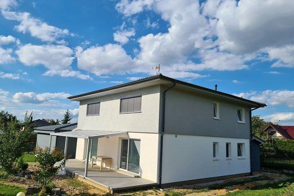Rodinný dům s velkou terasou a samostatně stojící garáží na dvě auta v Letkově u Plzně