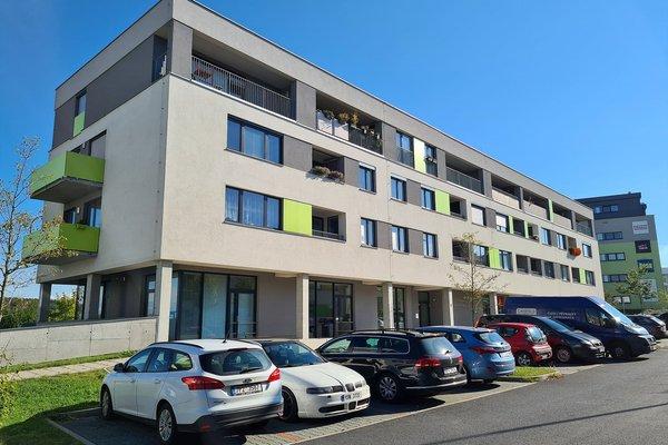 Byt 3+kk o výměře 92 m2 s terasou 17,5 m2 a dvěma garážovými místy v domě v Plzni Černicích