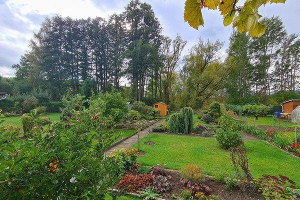 Udržovaná zahrada s menší částečně podsklepenou chatkou v Ostrově