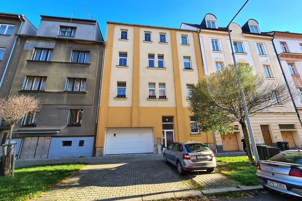 Kompletně zrekonstruovaný, zařízený byt 2+kk s balkonem a garáží v Plzni na Slovanech