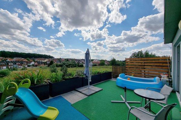 Byt 2+kk o velikosti 57 m2 s nadstandardní terasou 25 m2 a parkovacím stáním na klidném místě v Plzni