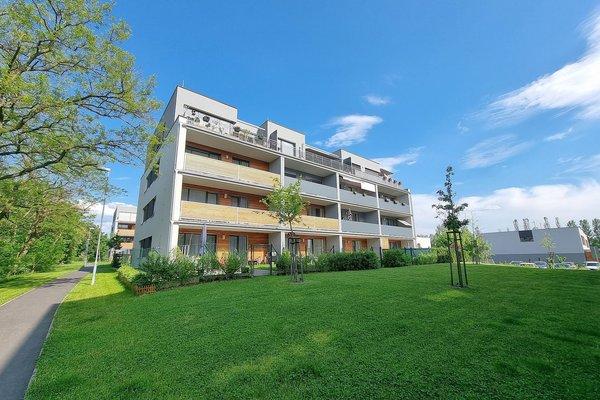 Pronájem moderního bytu 2+kk s podlahovou plochou 59,1 m2 a prostorným balkonem 10,8 m2 v novostavbě domu v Plzni Újezdě