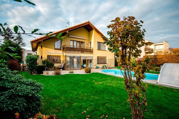 Rodinný dům s bazénem a solární elektrárnou v Plzni na Bručné.