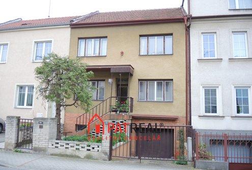 Dvougenerační RD 5+2 v blízkosti centra města, zahrada, garáž, pozemek 323 m²